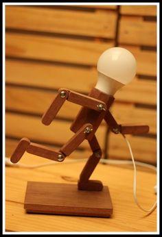 ***** PROMOÇÃO DE LANÇAMENTO**** Lindas Luminárias de Mesa, linha Articulados da Genially Design, construída em madeira Tauari Maciça, com aplicação de fungicida para proteção contra pragas, com articulações possibilitando algumas posições do personagem, iluminação com lampada de LED 12 watts (...