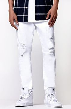 Bullhead creates a crisp pair of trendy denim jeans for men. The Stacked Skinny Destroyed Jeans come with a white denim look, roughed up attributes, and a Bullhead patch sewn above the back pocket.