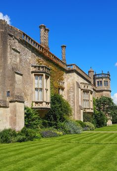 England Travel Inspiration - The perfect day trip from London or Cardiff exploring Wiltshire and the beautiful village of Lacock. Lacock is a National Trust property and has been used in many movie and tv productions like Pride and Prejudice and Harry Potter. Click the link to read my Lacock Travel Tips! #beautifuldestinations #england #nationaltrust #bucketlistideas #traveltips