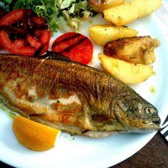 Trucha a la navarra (Navarra)      Su elaboración no tiene misterio: trucha rellena o envuelta en jamón y frita pero el resultado final es un delicioso plato de pescado apto para todos los público.