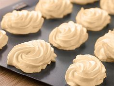 Meringue uses just two basic ingredients—Quick Dissolve Superfine Sugar and egg whites—to make the sweetest and most mouth-watering desserts. What is Meringue? What Type of Sugar Should b French Meringue, Baked Meringue, Meringue Kisses, Meringue Cookies, Meringue Pie, Making Meringue, Meringue Roulade, Pavlova, Portuguese Desserts