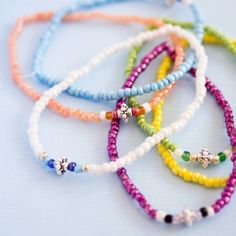 Super easy way to make seed bead bracelets in various colors. DIY in Swedish and English.