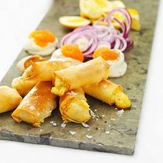 Spring rolls with västerbotten cheese Dove Recipes, My Recipes, Snack Recipes, Cooking Recipes, Favorite Recipes, Snacks, New Year's Food, Good Food, Yummy Food