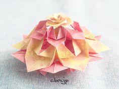 ゴージャスな雰囲気の折り紙のバラのオーナメント。想像していたよりはさくっりと作ることができました。 Origami Box, Origami Flowers, Paper Crafts, Diy Crafts, Flower Crafts, Flowers, Crafting, Tissue Paper Crafts, Paper Craft Work