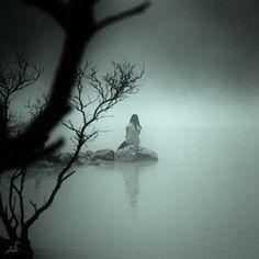 Y en la soledad que vivo dia a dia, todo lo escondo detras de la pared de neblina que construyo.