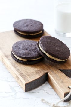 Homemade Cookie Dough Oreos from www.loveandoliveoil.com with safe-to-eat (egg free!) raw cookie dough filling