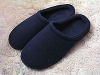 PANTUFLA: También existen pantuflas, Generalmente tienen suelas finas y flexibles, con dibujos poco profundos para prevenir resbalones en suelos lisos. En cambio, los zapatos y botas son en general hechos de lona, plástico, goma o cuero, y suelen tener suelas duras. Las pantuflas pueden tener la forma de un zapato (para meter en pie por arriba), o pueden no tener talón, por lo que el pie puede entrar desde atrás.