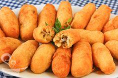 Da série: comida de festa junina  Bolinho de aipim (com carne!) New Recipes, Cooking Recipes, Favorite Recipes, Empanadas, Appetizer Recipes, Appetizers, Foods With Gluten, Pasta, Finger Foods