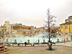 Budapes e uma de suas piscinas de águas termais