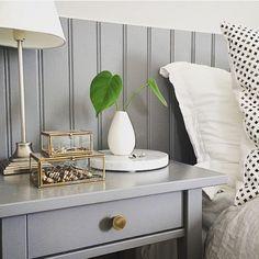 @interior_by_nina har målat träpanelen och sängbordet i den grå kulören Cyklon 515. Det blir fint när man målar utvalda detaljer i samma färg!