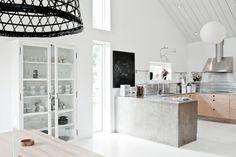 Wit, beton en naturel hout in de keuken