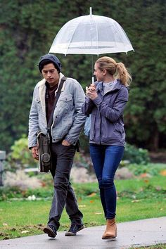 Lili Reinhart Cole Sprouse Film Riverdale Season 2 in Vancouver, Canada. Jughead and Betty were seen looking serious during a rainy walk together. Riverdale Season 2, Bughead Riverdale, Riverdale Memes, Cole Sprouse Cody, Cole Sprouse Jughead, Dylan Sprouse, Betty Cooper, Movie Couples, Cute Couples
