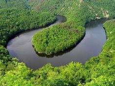 Tel un gros serpent vert, la Sioule déroule ses méandres en Auvergne - QUEUILLE -  FRANCE