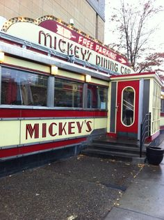These long-standding Minnesota restaurants have stood the test of time. Each has great food, fantastic serfice, and interesting local history. Vintage Diner, Retro Diner, 1950s Diner, Rockabilly, Diner Restaurant, Diner Nyc, Diner Recipes, Diner Food, New England Fall