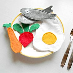 Make easy felt food for your kids with these easy tips. (In Portuguese)