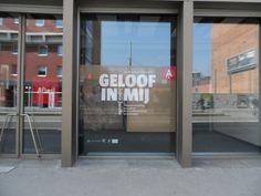 "Full-colour banner in One Way Vision voor tentoonstelling ""Geloof in mij"""