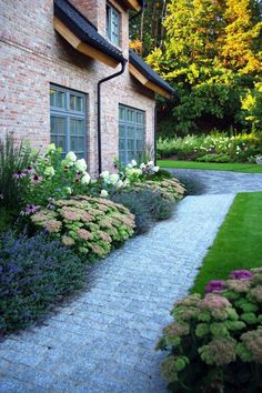 Path to front door ideas gravel path front yard front yard vorgarten ideas - Gartengestaltung Side Yard Landscaping, Home Landscaping, Inexpensive Landscaping, Diy Garden, Garden Cottage, Garden Ideas, Garden Mulch, Garden Pool, Modern Garden Design