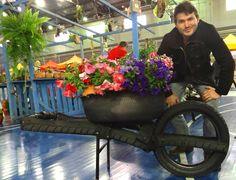 Ideia inicial era de criar uma horta sustentável. Hoje, Clayton Norberto ensina a fazer arte com pneus. Crédito da Imagem: Arquivo Pessoal / Clayton Norberto.