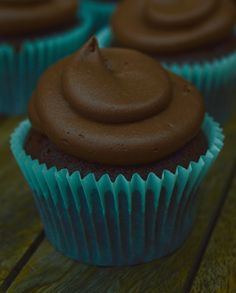Chocolate Cupcakes Simple and delectable chocolate cupcakes.super easy to make! Chocolate Cupcakes, Super Easy, Simple, Desserts, How To Make, Food, Postres, Deserts, Hoods