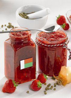 Erdbeer-Chutney nach madagassischer Art Ein würziges Chutney mit Erdbeeren und Zwiebeln als Soße zu gegrilltem Fleisch