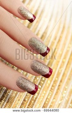 Square nails are also called classic French nails. When you trim your nails into squares, your hands will be more slender and your nails will be more beautiful. How do you trim your nails into square shapes? Nail Polish Trends, Nail Polish Art, Nail Trends, Red Polish, Red Nails, Glitter Nails, Hair And Nails, Sparkly Nails, Silver Nails