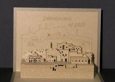 Esta tarjeta de felicitación plegable 3D es una recopilación de lugares que simboliza la Jerusalén La gran pared es el Kotel (el muro de las Lamentaciones) Sobre el Kotel Har Habait (mes del templo), torre de David en el fondo, el barrio judío, el molino de Montefiori, las paredes de anciant etc..  Está hecho de papel cualitativo de 250 gr/m, con luz de corte acabado metálico en oro, grabado por láser. Diseñado y producido por un fabricante de modelos arquitectónicos.  La contraportada e...