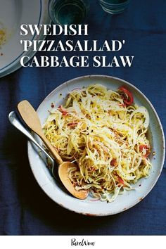 Meet pizzasallad. Yep, the simple slaw with sharp vinegary dressing is designed to enhance the cheesy flavors of pizza. Side Dishes For Ribs, Paleo Side Dishes, Best Side Dishes, Side Dish Recipes, Food Dishes, Veg Dishes, Superfood, Best Coleslaw Recipe, Coleslaw Recipes