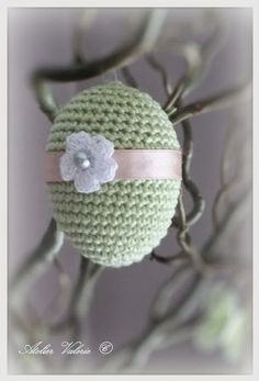 Zoals beloofd pen ik hier het patroon voor het paasei neer :   Gebruikte steken en afkortingen:  vaste = V   toer 1  :  maak een magische ri... Crochet Food, Diy Crochet, Crochet Hats, Easter Crochet Patterns, Spring Crafts, Easter Crafts, Easter Eggs, Crochet Projects, Crochet Earrings