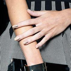 Für Mode und Nägel gleichermaßen ein großer Trend: Streifen!