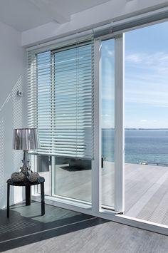 Copenhagen Blinds persienner sikrer dig effektiv solafskærming og privatliv - og samtidig sikrer det dig, at du kan nyde din dejlige udsigt Copenhagen, Blinds, Innovation, Curtains, Home Decor, Lily, Decoration Home, Room Decor, Shades Blinds