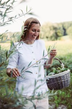 """Klassische Damen-Bluse aus 100% Bio-Leinen mit Holzknöpfen. Made in Austria: mit viel Liebe in der Steiermark gefertigt! Für die Leinenbluse von """"Scheinheilig"""" werden nur natürliche, nachhaltige und vegane Materialen verwendet! Hast du gewusst? Leinen benötigt in der Produktion weniger Wasser als Baumwolle und ist somit nachhaltiger.  Zu 100% aus fair in Europa produzierten, veganen Bio-Materialien. Picnic, Outdoor, Europe, Sustainable Fashion, Sustainability, Classic Clothes, Water, Love, Cotton"""