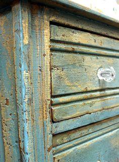 Cuanto más envejecido es el acabado, mejor admite la técnica del #craquelado y si se utilizan varios colores el resultado es magnífico. www.tintura.es
