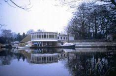 sportpaviljoen Wildschut. Het ronde paviljoen is in 1935 gebouwd naar ontwerp van Dudok, in de stijl van de Nieuwe Zakelijkheid