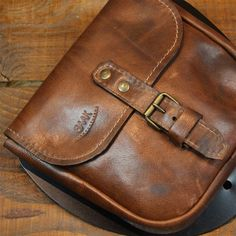 Leather saddlebag for Triumph - Aged brown color