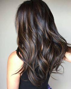 Такая покраска используется для причесок любой длины, а также для различного цвета волос. Особенно хорошо смотрится на темных прядях