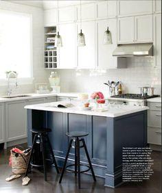 Wyspa w ciemnym kolorze na tle jasnych mebli rom Style at Home Mag