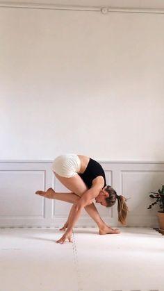 Gymnastics For Beginners, Yoga Videos For Beginners, Running For Beginners, Vinyasa Yoga, Yoga Bewegungen, Couple Yoga, Couple Running, Partner Yoga, Yoga Routine