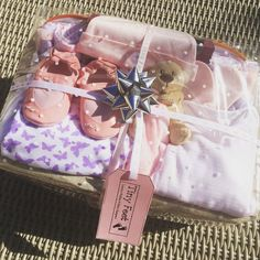 The Queen size Mother and Baby Girl hamper from www.tinyfeethampers.co.uk Adorable gift for new baby girl and proud mum. Ideal #babyshower gift. Deliver UK. #babygift #baby #babygirl