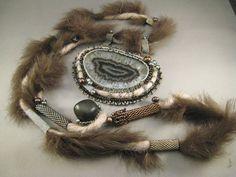 Halskette Katharina Achatanhänger mit Kaninchenfell von BeadFizz