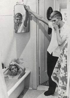 Photomontage par David Bowie tiré des photos du film The Man Who Fell to Earth, 1975-1976. Photographie de David James. Courtesy of The David Bowie Archive. Photographies  © STUDIOCANAL Films Ltd. Image © Victoria and Albert Museum.