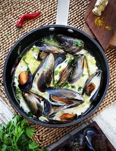 Mejillones al curry Curry, Gourmet, Paella, Eggplant, Soup, Tacos, Chicken, Meat, Vegetables