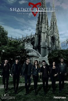 The shadowhunters and downworlders at the New York Institute. Isabelle Lightwood, Jace Wayland, Shadowhunters Tv Series, Shadowhunters The Mortal Instruments, Best Tv Shows, Favorite Tv Shows, Idris Brasil, Clary E Jace, Cassandra Clare Books