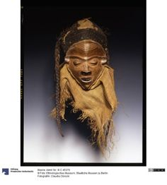mask 20C. (Top)  dating germ .: Early 20th century Congo (country / region)  Pende (ethnicity) Wood; bast Object dimension: H. 28 cm, W: 18 cm