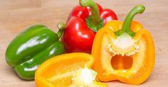 Come cucinare i peperoni? Ecco una ricetta veloce, facile e povera che si presta a tre piatti differenti. Amanti dei peperoni accorrete! Per chi ama i peperoni, l'estate è la stagione più attesa. Arri