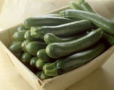 Zelené i žluté sestřenice klasických okurek vzaly ztečí české zahrádky a teď se chystají opanovat i naši kuchyni. Dopřejte této jemné alahodné zelenině recepty, ve kterých může zazářit. Cuketové vaření není nic složitého.