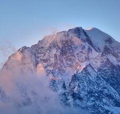 """Intera giornata abbondantemente sotto zero (-12) le uniche """"cose"""" calde incontrate oggi sono state un rientro con fantastico tramonto sul versante italiano del Monte Bianco (vedi foto) e l'accoglienza de @lapietrafelice a Introd (di cui non avevo dubbi). Ah dimenticavo non sarà l'inverno perfetto ma la polvere l'abbiamo trovata #montblanc #sunset #winter #landscape #photography #photo #nature #travel #art #photooftheday #image #LandscapePhotography #sky #beinspired #mountainlife"""