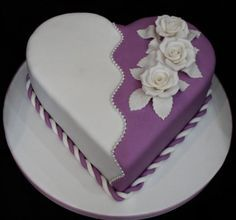 Quantities of fondant to cover cakes. How to decorate fondant cakes videos. Fondant cakes with flowers. Who makes fondant cakes. Heart Shaped Cakes, Heart Cakes, Pretty Cakes, Beautiful Cakes, Fondant Cakes, Cupcake Cakes, Buttercream Cake, Fondant Tips, Super Torte