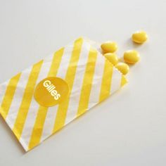 papieren snoepzakje + label geel/wit gestreept
