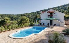 Stomorska  Nabij Split in Stomorska en op het eiland Solta ligt dit prachtig ingerichte vakantiehuis met zwembad. Het is gelegen in een natuurlijke omgeving in een afgelegen plaatsje met zicht op de baai Gornja Krusica. Hier verblijft u omgeven door pijnbomen nabij een prachtig kiezelstrand. Begane grond en eerste verdieping zijn middels buitentrappen verbonden. Het overdekte terras biedt een mooi zeezicht. U kunt biljarten tafelvoetballen en darten. De tuin heeft een zwembad barbecue en…