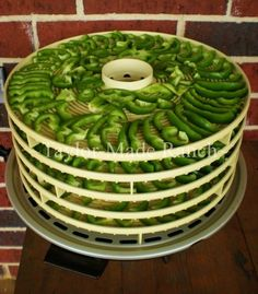 DEHYDRATING BELL PEPPERS - After running into a great deal on bell peppers I decided to dehydrate them for future use. It was easy - check it out! Best Picture For bell peppers ra Dehydrated Vegetables, Dehydrated Food, Canning Food Preservation, Preserving Food, Canned Food Storage, Dehydrator Recipes, Canning Recipes, Stuffed Green Peppers, Fruits And Veggies